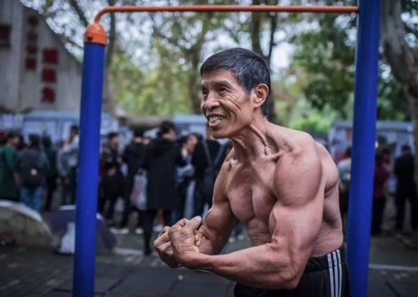 """Ông Qiu Jun được mệnh danh là """"người không bệnh"""" kể từ khi tập thể hình nhưng đã không thoát khỏi virus corona - Ảnh: Sina Sports"""