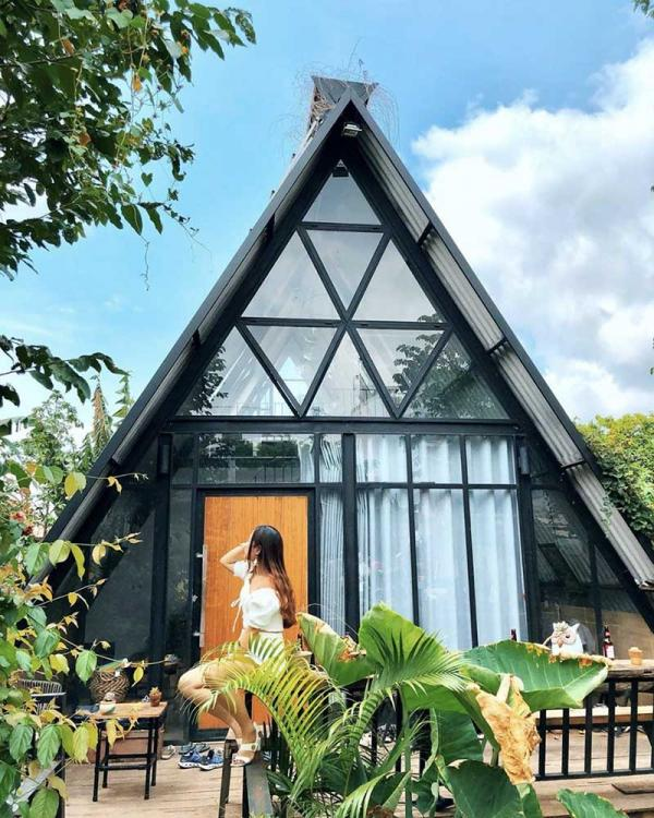 Ngôi nhà hình tam giác giữa rừng cây mát mẻ
